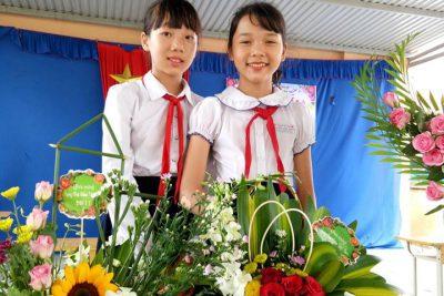 Học sinh tham gia lễ hội cắm hoa nhân dịp ngày Hiến chương nhà giáo 20-11