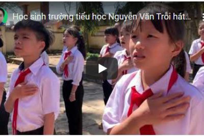 Học sinh trường Tiểu học Nguyễn Văn Trỗi hát quốc ca tại Địa chỉ đỏ