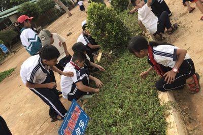 Học sinh thực hiện lao động vệ sinh khuôn viên nhà trường